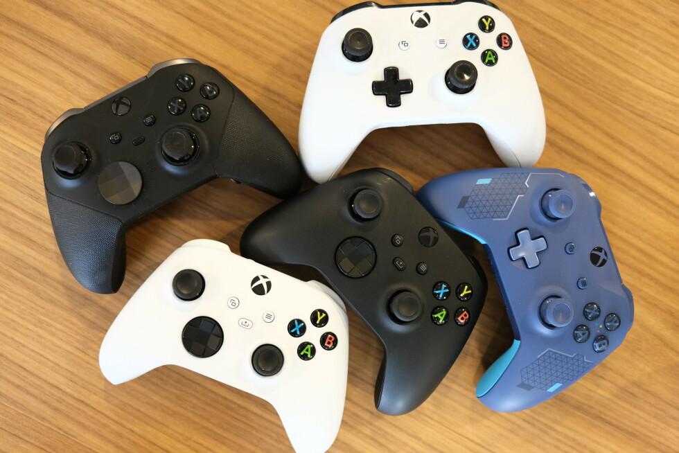De to nye Xbox-kontrollene sammen med Xbox Elite Series 2, den hvite Xbox One-kontrollen og en blå Xbox One-kontroll. Samtlige fungerer på både Xbox One og Xbox Series S|X.