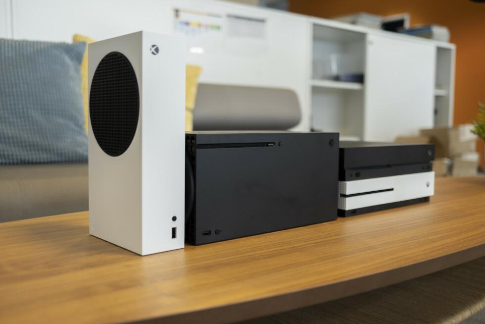 Fra venstre: Xbox Series S, Series X og deretter Xbox One S og One X.