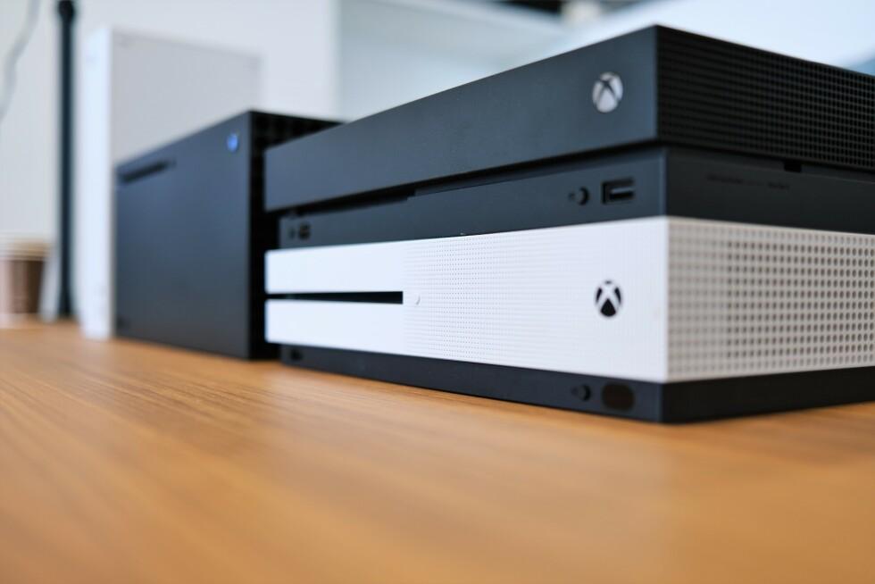 Xbox One S og Xbox One X stablet med Xbox Series X og Series S til venstre.