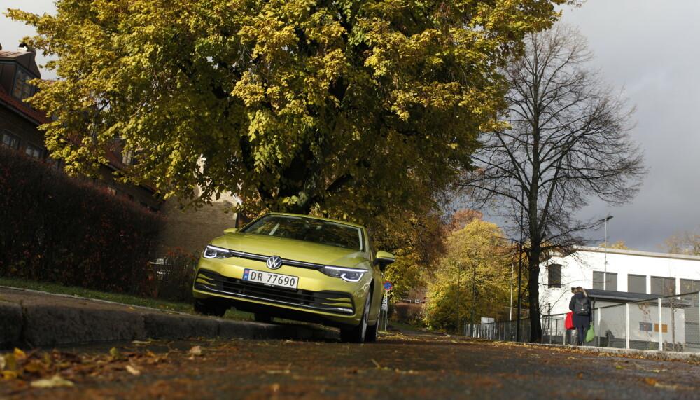KOSTER: Den nye generasjonen VW Golf er ikke billig, men den ser jommen bra ut, badet i høstsola. Foto: Øystein B. Fossum