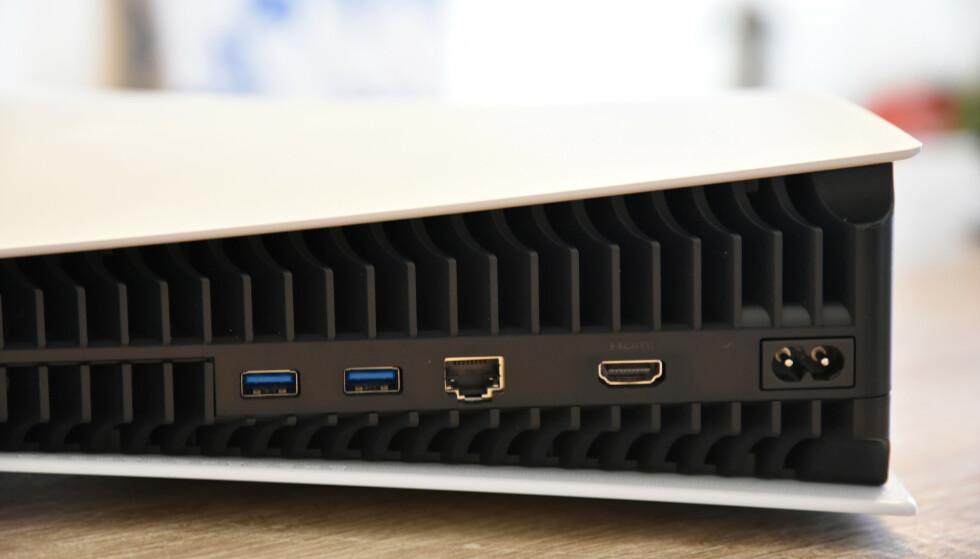 Portene på baksiden: 2x USB, LAN, HDMI og strøm. På forsiden finner du ytterligere en USB-port, samt en USB-C-port.