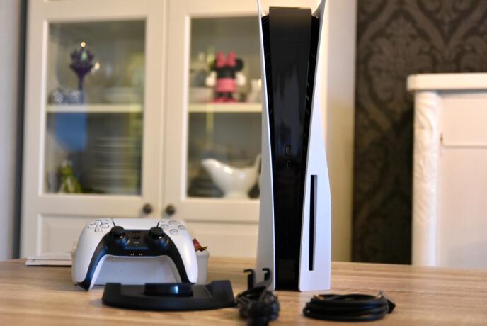 PlayStation 5 er designet for å stå, men det følger med et slags stativ som også lar deg legge den pent ned. Du får neppe plassert noe oppå den på grunn av de buede «lokkene».