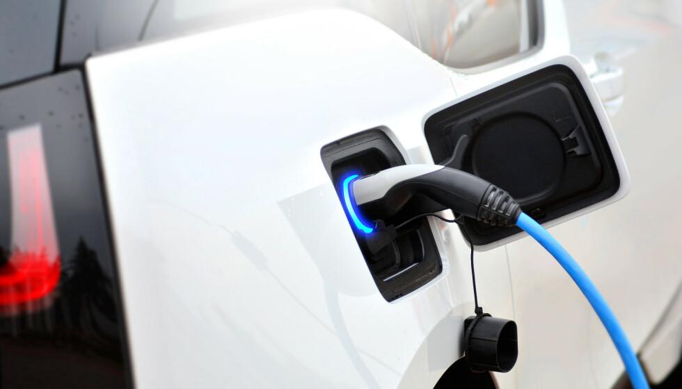 ELEKTRIFISERING GIR DYRERE STRØM: I en fersk rapport fra NVE, konkluderer de med at elektrifiseringstiltak kan øke kraftforbruket i Norge slik at kraftprisene vil øke med opptil 10 øre mer per kWh frem til 2040, sammenliknet med hvordan prisene ville være uten nye elektrifiseringstiltak. Det er transportsektoren som foreløpig står for den største delen av elektrifiseringen - og deriblant er elbilene. Foto: NTB scanpix