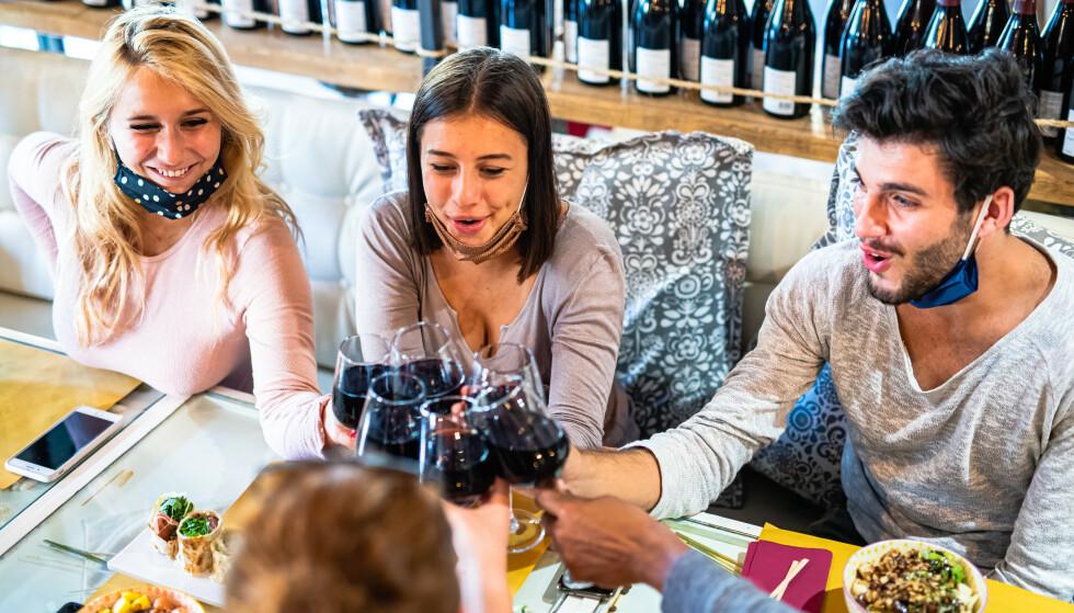 NYE REGLER: Hvor mange kan du be hjem til deg, hvor mange kan du treffe - og må du ha munnbind på restaurant? Her er reglene som gjelder nå. Foto: NTB scanpix