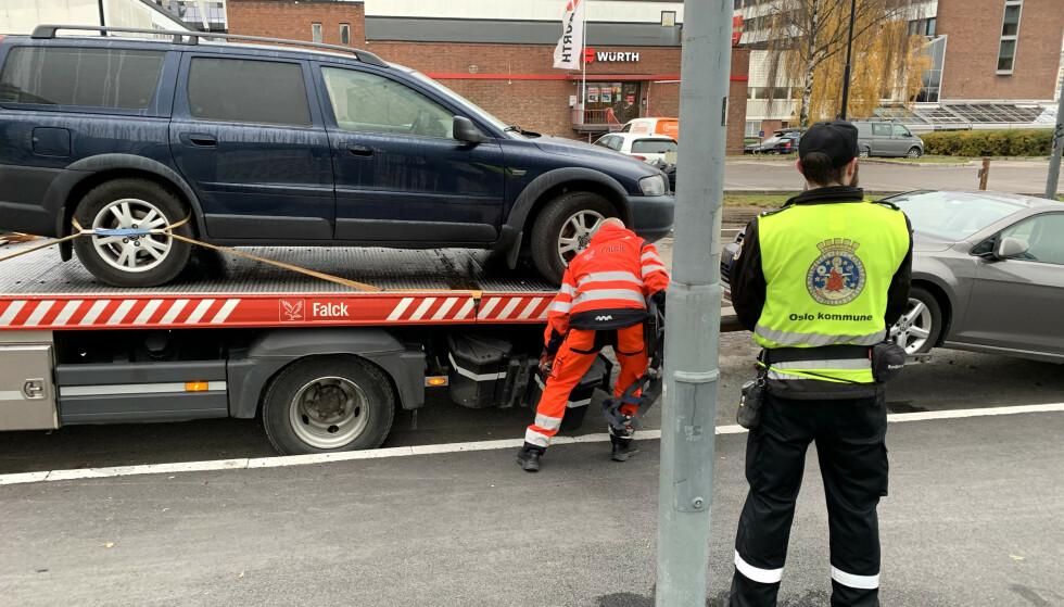 FRAKTES BORT: Tre biler ble forberedt borttauet fra Løren i Grünerløkka bydel i Oslo, fredag 30. oktober 2020. Foto: Øystein B. Fossum