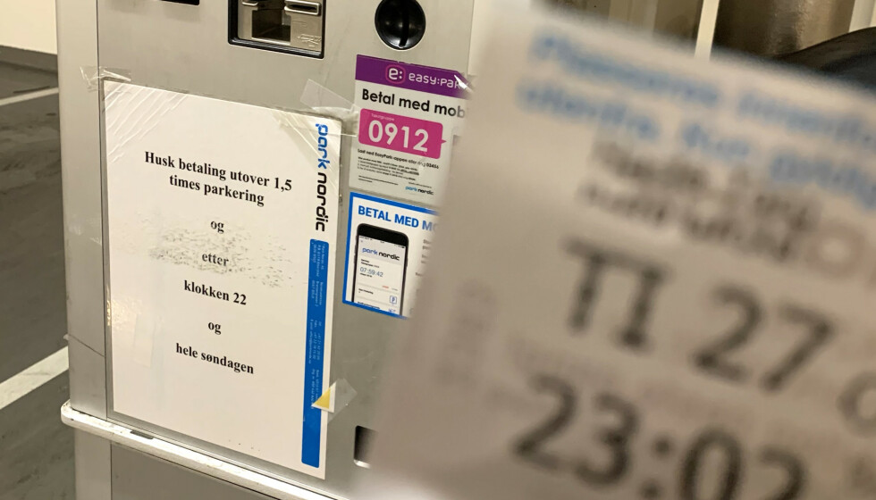 SELVMOTSIGENDE: På betalingsautomaten står det at man må betale etter klokka 22. Men det er ikke absolutt. Foto: Øystein B. Fossum