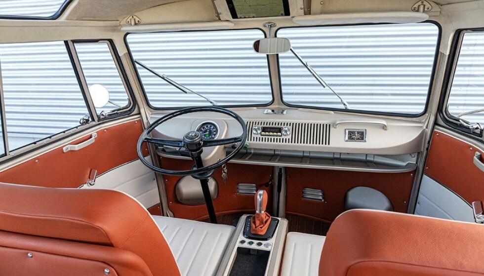 ORIGINAL: Det eneste som avslører at dette er en moderne bil er girspaken. Den viser at giringen er trinnløs. Ellers er interiøret «originalt», med stofftak som kan brettes opp, et stort, rundt speedometer og retro radio. Foto: VW