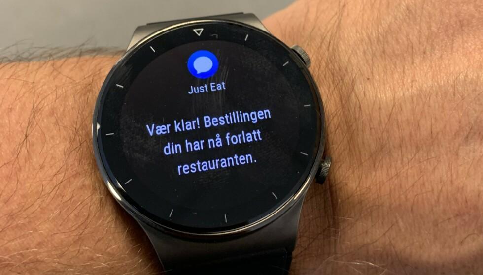 SMS: Det er hendig å lese meldinger på klokka, så slipper du å ta opp mobilen hele tiden. Foto: Bjørn Eirik Loftås