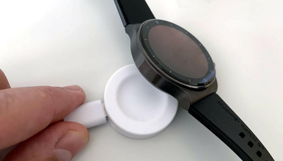 INDUKSJON: Legg klokka i skåla og vent noen minutter - så har du batteritid på mange timer. Det er noe av det som imponerer oss mest ved GT2 Pro. Foto: Bjørn Eirik Loftås