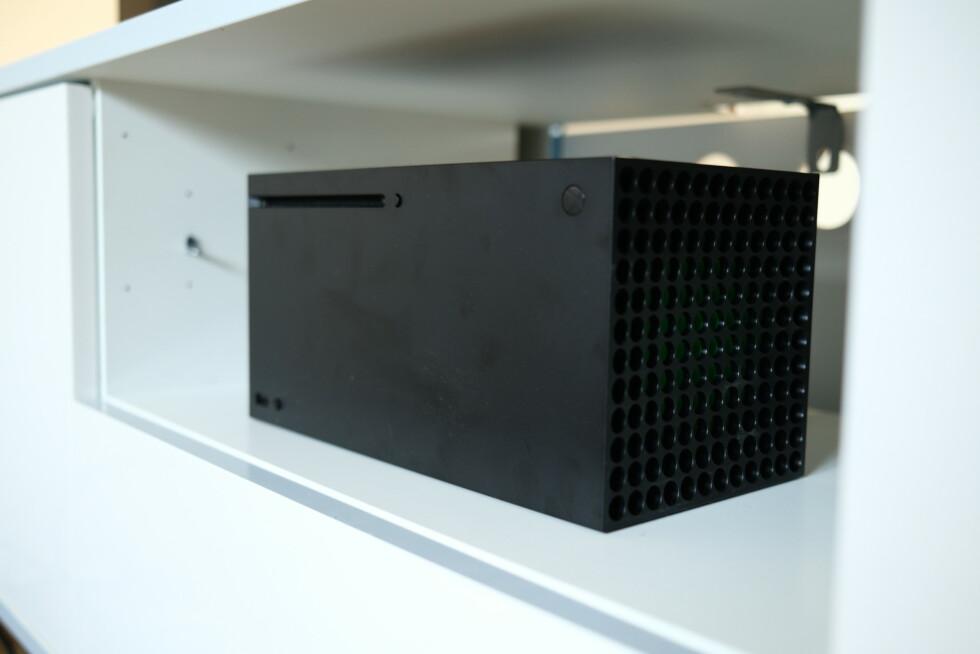 Hylla må vekk hvis det skal være plass til Xbox Series X. Foto: Martin Kynningsrud Størbu