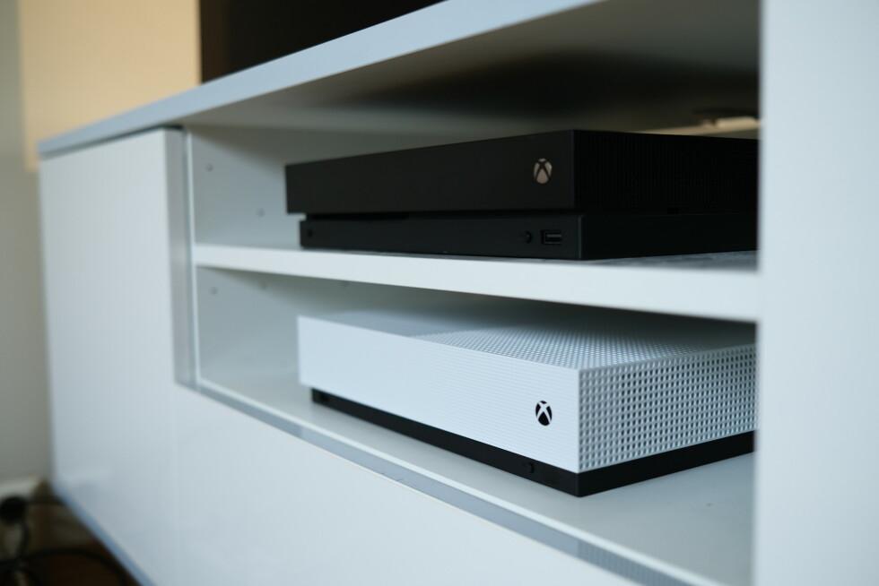 I Ikea-benken er det plass til både Xbox One S og Xbox One X. Foto: Martin Kynningsrud Størbu
