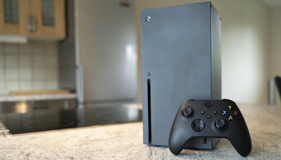 XBOX SERIES X: Endelig er neste generasjon spillkonsoller her. Opplevelsen med Xbox Series X kan oppsummeres med ett ord: hastighet! Foto: Martin Kynningsrud Størbu