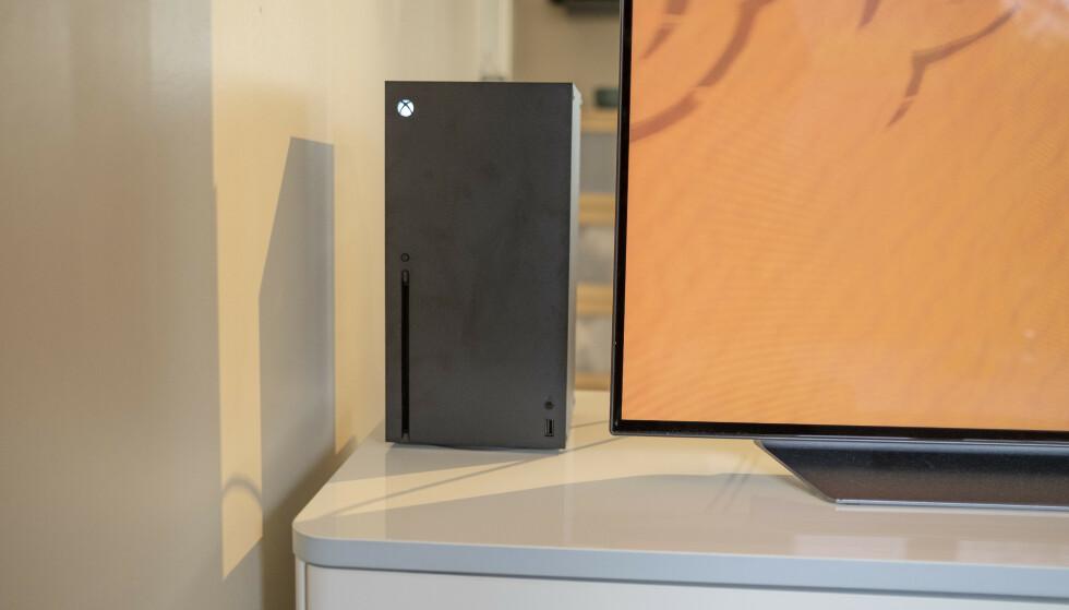 Xbox Series X lar seg fint «gjemme» bak TV-en. Foto: Martin Kynningsrud Størbu