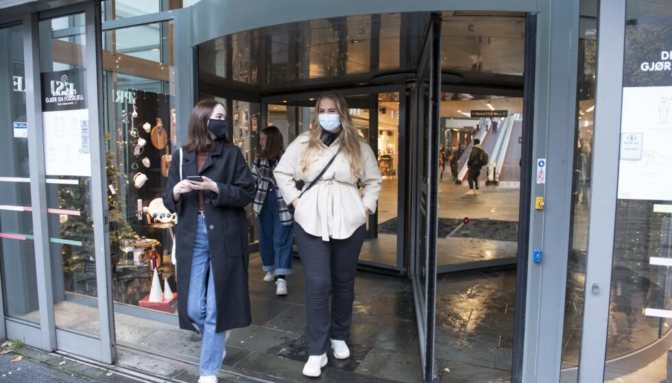 MUNNBIND-KRAV: Med økte krav om bruk av munnbind, er det nå både kommuner og kjøpesentre som deler ut gratis munnbind ved behov. Foto: Marit Hommedal / NTB