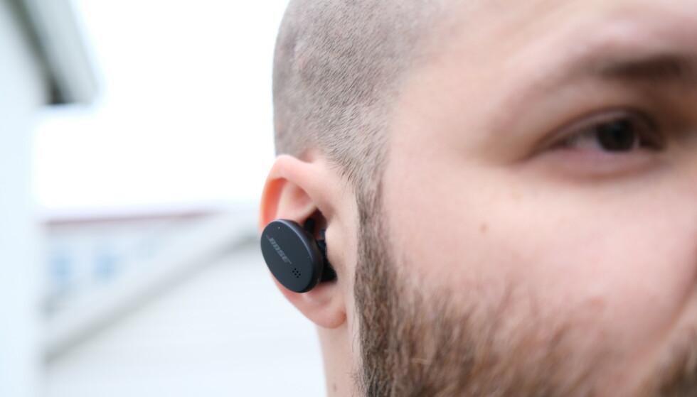 GODE TIL TRENING: Bose Sports Earbuds er store propper, men de sitter faktisk godt fast i øret. Foto: Martin Kynningsrud Størbu