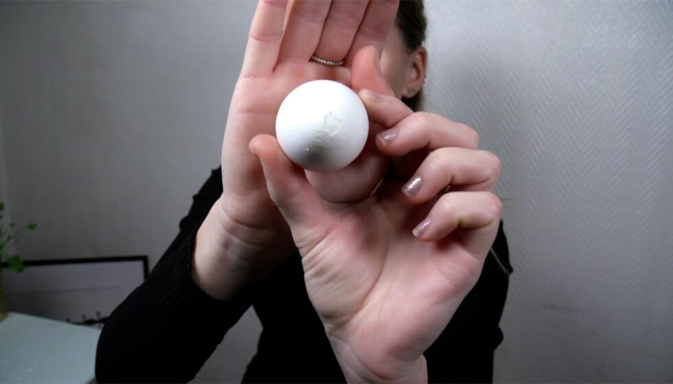 BLÅS DET UT: Videoen viser deg et gøyalt triks for å skrelle et egg. Foto: Embla Hjort-Larsen