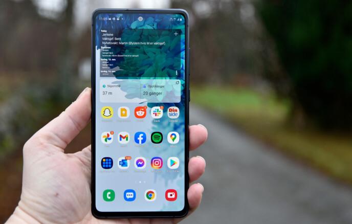 FIN STØRRELSE: Med 6,5 tommers skjerm og flate skjermkanter synes vi S20 FE 5G er en telefon som sitter godt i hånda. Foto: Pål Joakim Pollen