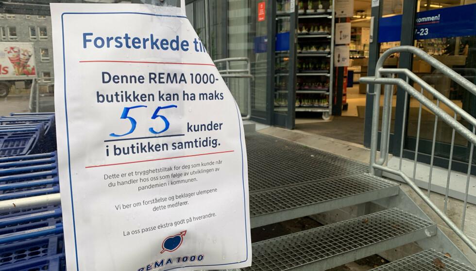 MAKSGRENSE: Flere butikker, særlig i Oslo, har nå strammet inn smittevernstiltakene. Foto: Øystein B. Fossum