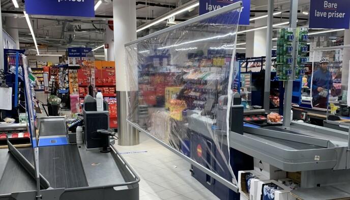 SKILLEVEGG: Rema har begynt å sette opp slike plastskillevegger i flere av sine butikker. Foto: Rema 1000