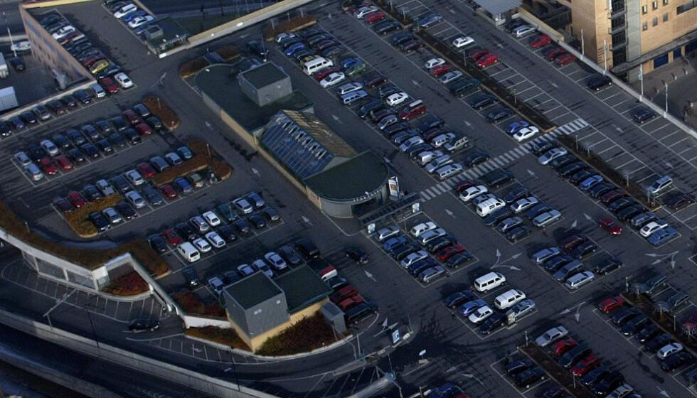 AVSLYST: Tidene forandrer seg, og nå avlyser forsikringsselskapene Black Friday-bulkevarselet på de store kjøpesentrene. Her et oversiktsbilde av takparkeringa på Sandvika Storsenter fra 2003. Foto: Tor Richardsen / NTB