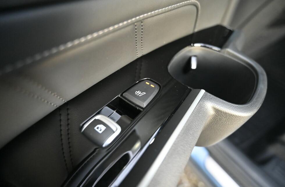 SKÅL: Alle passasjerer har koppeholdere, USB-kobling og ventilasjon, 5 seter har isofix, 4 har varme, 2 har kjøling og to er elektrisk justerbare. Dørene baki har også solgardiiner. Foto: Rune M. Nesheim