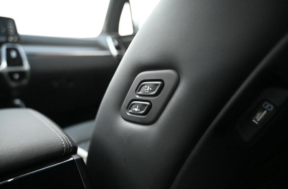 FREMOVER: Baksetepassasjeren kan stille både pute og rygg på passasjersetet foran. USB-pluggene finner du også på seteryggen. Foto: Rune M. Nesheim