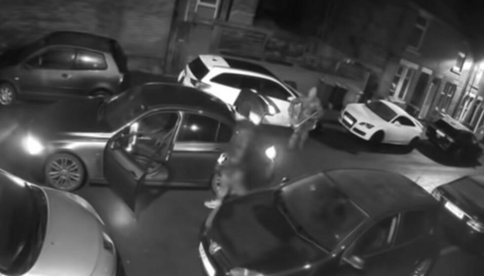 ENKELT OG RASKT: Fra en parkert bil stjeler de proffe tyvene en katalysator på 45 sekunder. Foto: Nottinghamshire Police