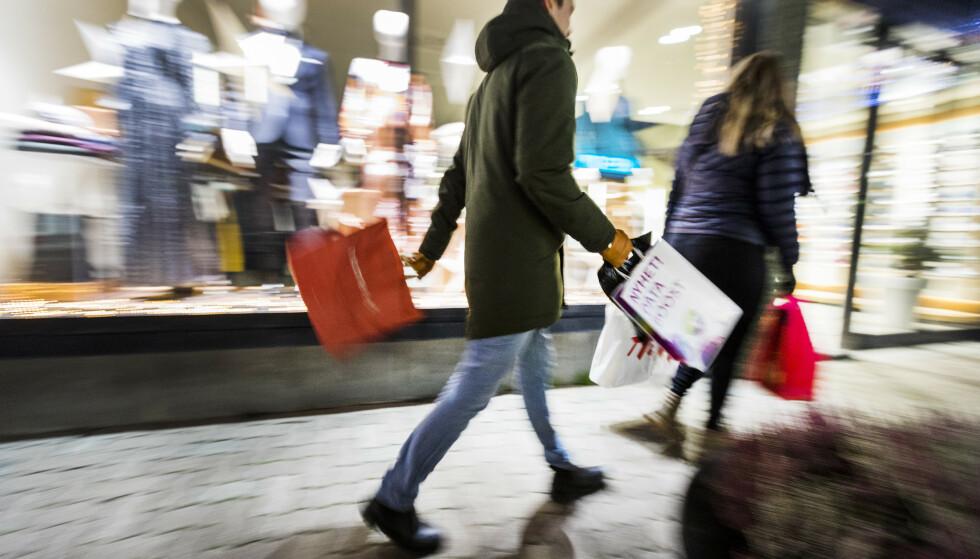 Et Norge sterkt preget av pandemi og koronatiltak går snart inn i førjulstiden. NHO anslår at nordmenn vil bruke rekordmye på årets julehandel. Foto: Gorm Kallestad / NTB