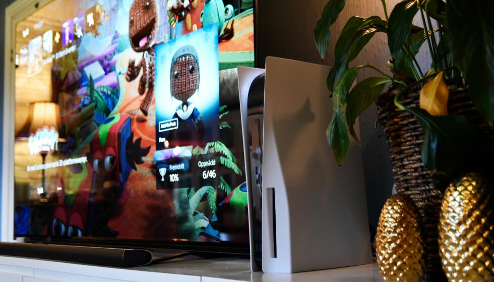LANGT FRA DISKRET: PlayStation 5 er voksen av størrelse og har et design som virkelig skiller seg fra de andre konsollene. Foto: Pål Joakim Pollen