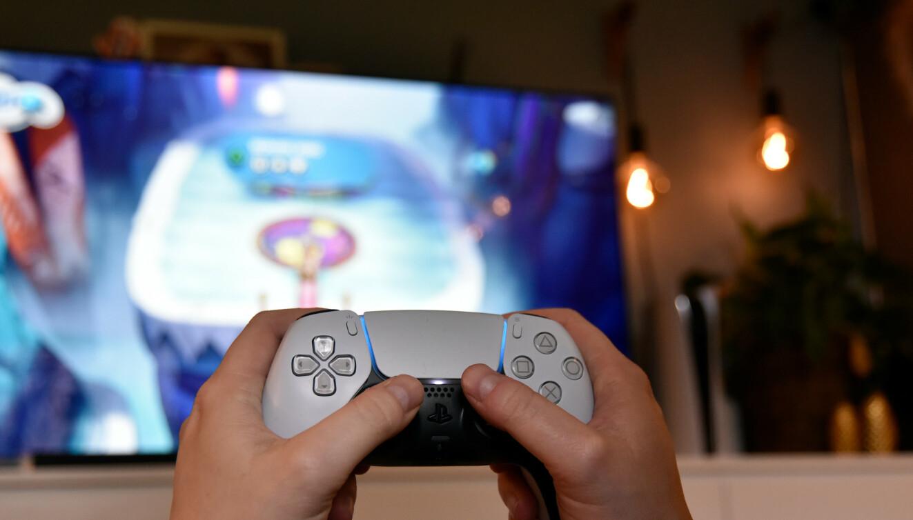 KNALLGOD: Sonys DualSense-kontroller har avansert vibrering, triggere med motstand og innebygd mikrofon. Foto: Pål Joakim Pollen