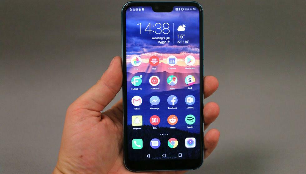 Huawei opplyser tirsdag at det har solgt telefonserien Honor til et konsortium i Kina for å sikre at selskapet, som er tynget av sanksjoner fra USA, overlever. Her modellen Honor 10, som fikk Anbefalt produkt-stempel i test på Dinside i 2018.