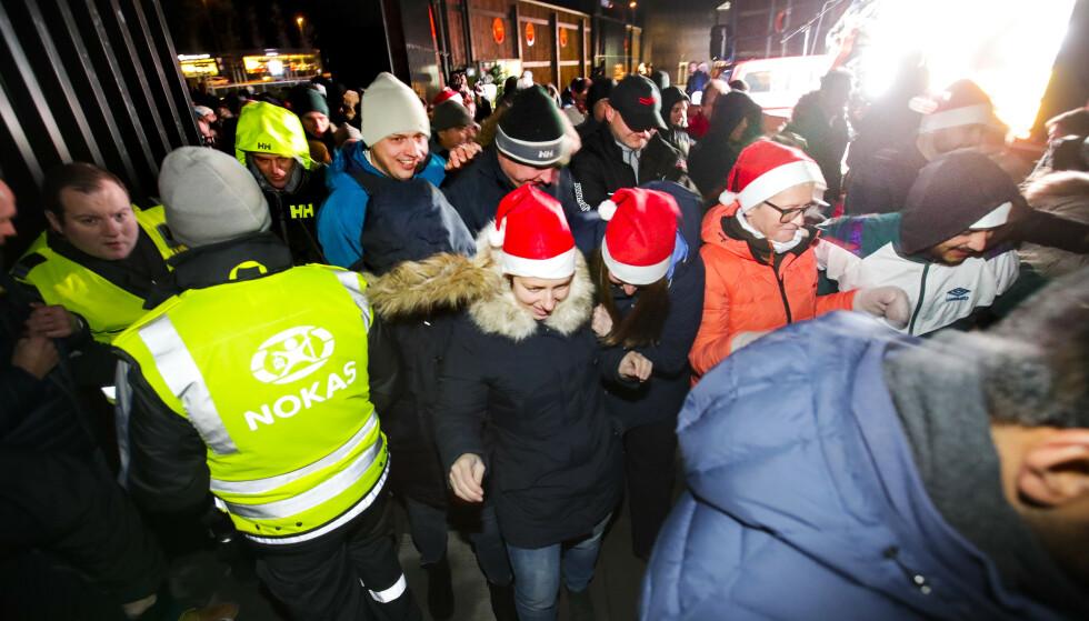 KAOS: På grunn av corona får vi neppe se slike bilder når black friday går av stabelen om en drøy uke. Her ankommer kunder Norwegian Outlet på Vestby i 2017. Foto: Lise Åserud / NTB