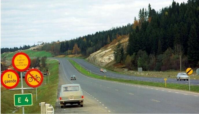 """FRI FART: Samtidig med overgangen til kjøring på høyre siden av veien i 1967, ble også de fleste gule skiltene med """"fartsgrense opphevet"""" tatt ned. Foto: Trafikverket"""