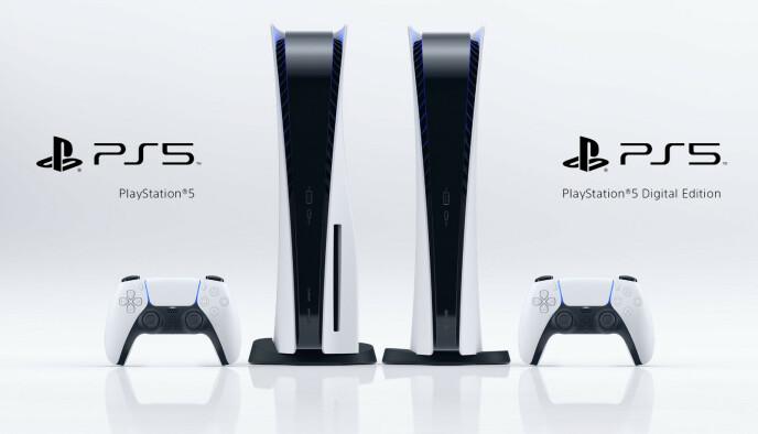 TO VARIANTER: Her ser du PlayStation 5 og PlayStation 5 digital edition side om side, den første med optisk drev og da litt tjukkere legger. Foto: Sony