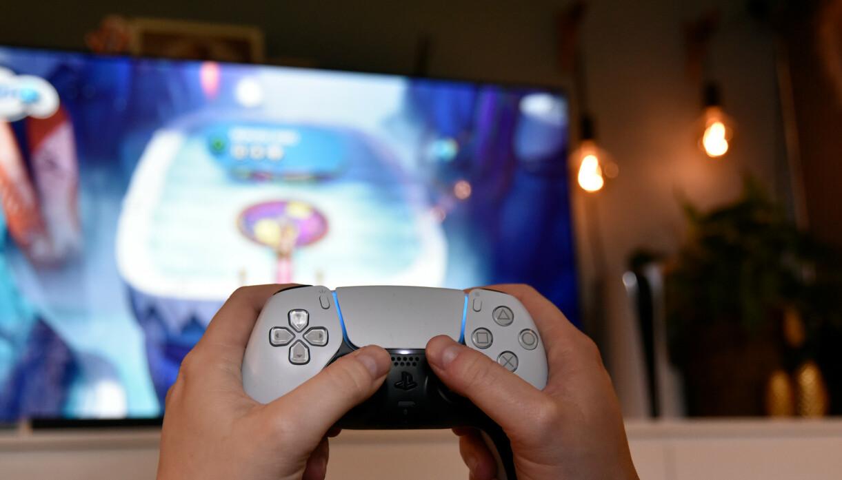 DualSense-kontrolleren er større, tyngre og forbedret på flere områder kontra DualShock-kontrolleren fra PS4. Foto: Pål Joakim Pollen