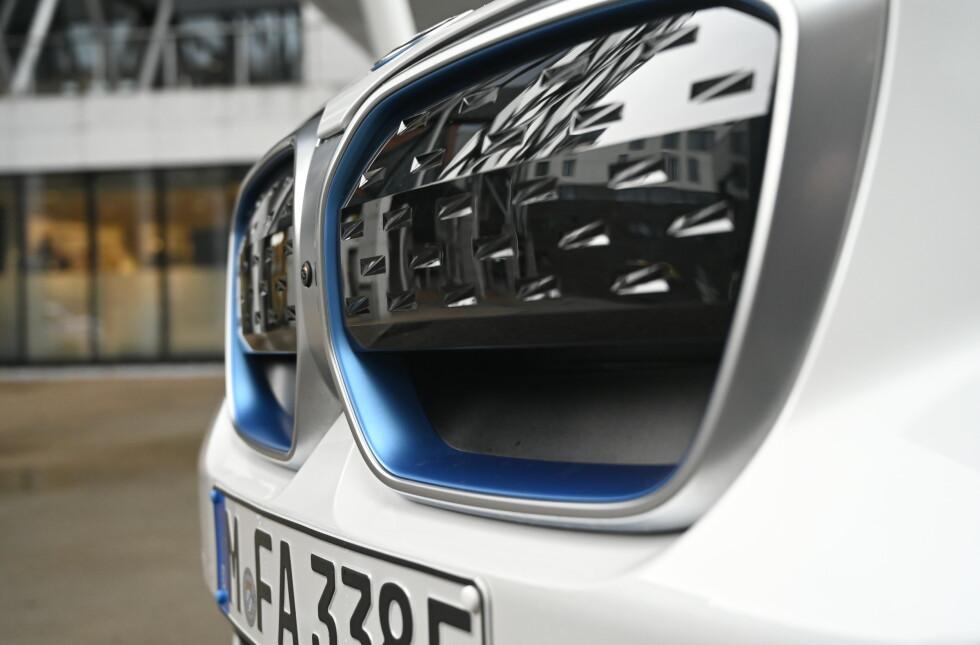 NY DESIGN: iX3 har ikke BMW-sstørste nyrer men skiller seg fra de andre med helvis heldekkende flater og blå innramming. Foto: Rune M. Nesheim