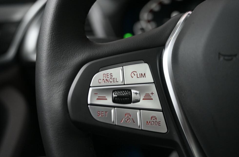 ADAPTIVT: Adaptiv fartsholder er på plass. I det hele tatt er det mye utsyr, selv på den billigste modellen. Foto: Rune M. Nesheim