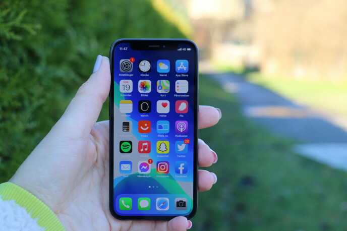 ENHÅNDS: Ikke noe problem å holde iPhone 12 mini med én hånd i hvert fall. Foto: Kirsti Østvang