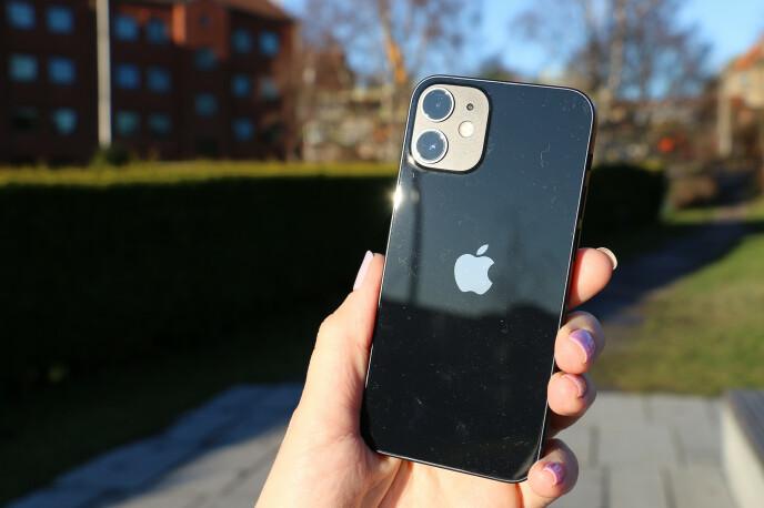 KOMPAKT TOPPMODELL: Apples mini-iPhone har kraftig ytelse i liten innpakning. Det eneste det kanskje skorter på er batteriet. Foto: Kirsti Østvang