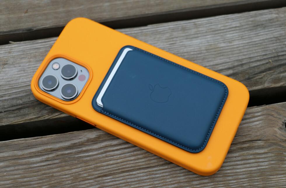Den samme MagSafe-lommeboka på iPhone 12 Pro Max. Foto: Kirsti Østvang