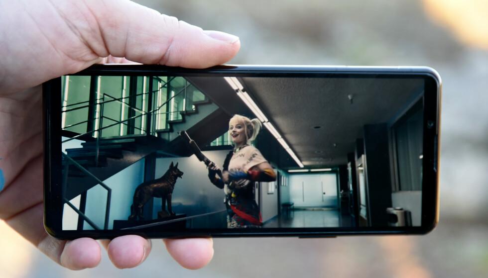 HELE SKJERMEN: Om du ser Hollywood-produksjoner i 21:9-format, vil de dekke hele skjermen på Xperia 5 II. Foto: Pål Joakim Pollen
