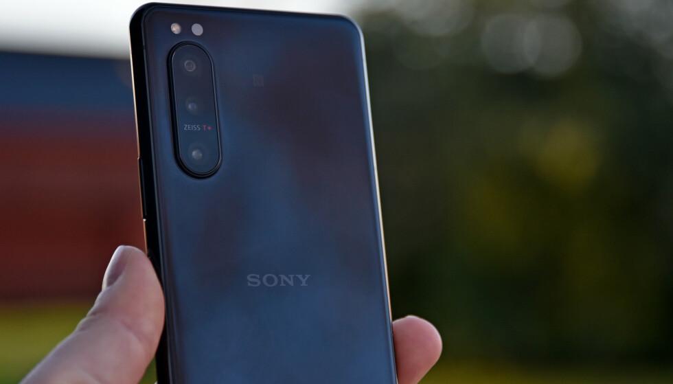 GLATT: Sonys bakside er speilblank (og vanskelig å fokusere på, må vite!), men et savn er muligheten for trådløs lading. Foto: Pål Joakim Pollen