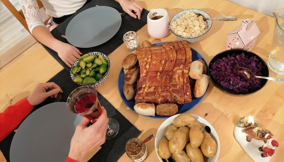 FORNØYDE: Alle testpilotene nøt en fullverdig julemiddag med ferdige råvarer og enkle oppskrifter fra Godtlevert. Foto: Privat