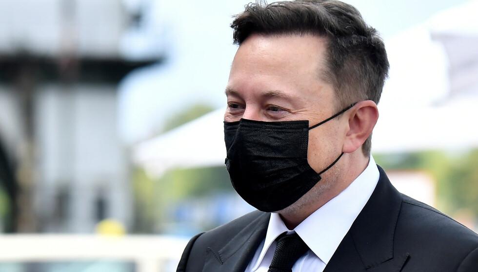 FORHÅNDSVARSLER: Elon Musk har tvitret at den neste store Tesla-oppdateringen er på vei. Foto: Tobias Schwarz/Pool/REUTERS/NTB