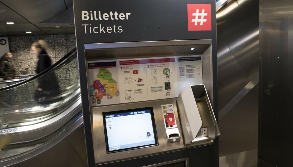 FORSVINNER: Snart er ikke disse billettautomatene å se på Oslos T-banestasjoner. Foto: Terje Bendiksby / NTB