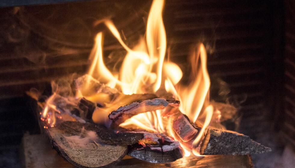 PÅVIRKER LUFTKVALITETEN: Kos med levende flammer, men det betyr også mer utslipp. Foto: Sebastian Holsen / NTB