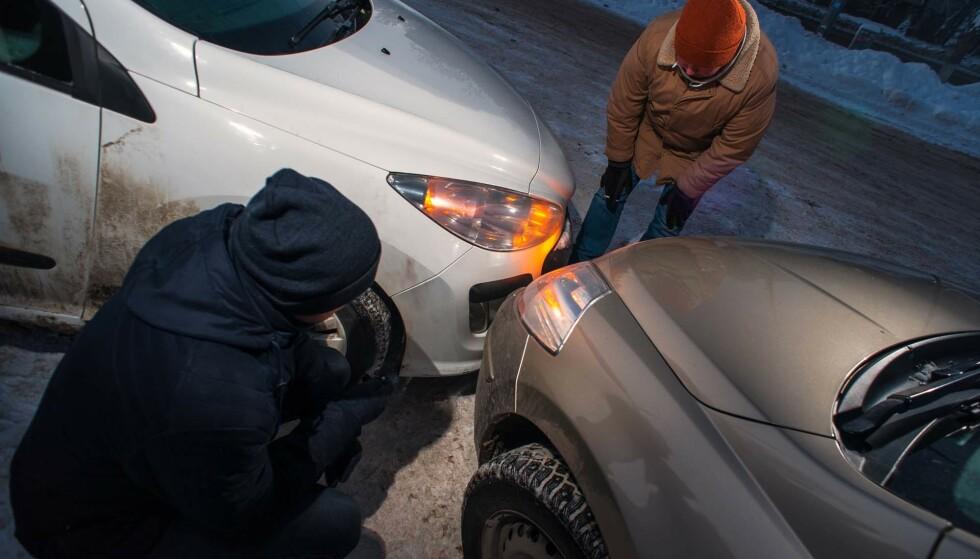FØRJULSSTRESS: I førjulsstresset er de typisk at man glemmer å sette bilen i gir eller trekke til håndbrekket når man parkerer for å gjøre de siste jule-innkjøpene. Bilen stopper først når den treffer en annen bil. Foto: Colourbox
