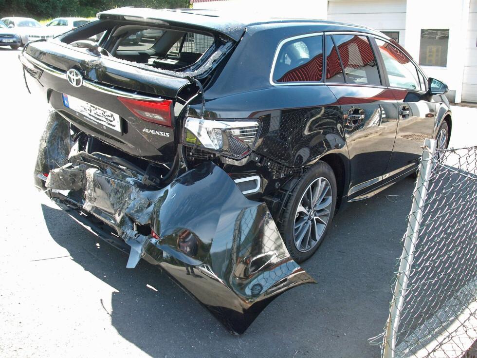 TOTALVRAK: Føreren glemte håndbrekket og satte ikke bilen i gir da han skulle en rask tur inn i butikken. Bilen begynte å rulle og ble totalvrak. Foto: Gjensidige