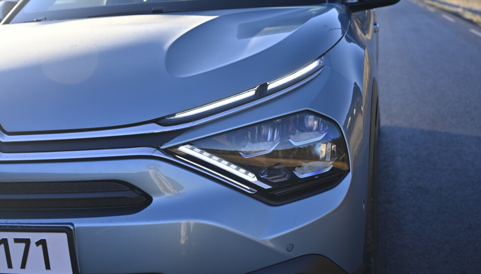 NY SIGNATUR: Crome-stripa som går fra Chevronene (skal illustrere Citroëns patenterte knaster på et drev) går ut i hver sin LED-stripe som går hver sin vei. Dette vil bli Citroëns nye lysdesign fremover. De store hovedlysene skal være inspirasjon fra GS. Foto: Rune M. Nesheim