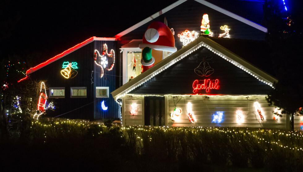 STADIG MER POPULÆRT: Det er lenge siden det begynte å bli amerikanske tilstander på julepynten utendørs her til lands. Ikke alle synes det er like festlig. Foto: Audun Braastad / NTB